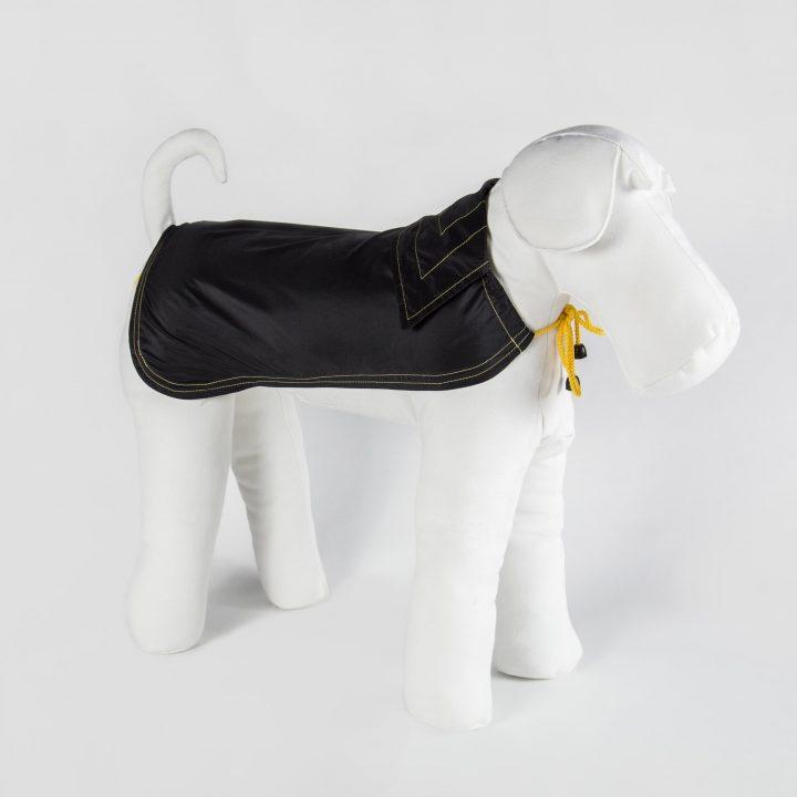 impermeabile per cani fatto su misura in tessuto nero e dettagli in giallo