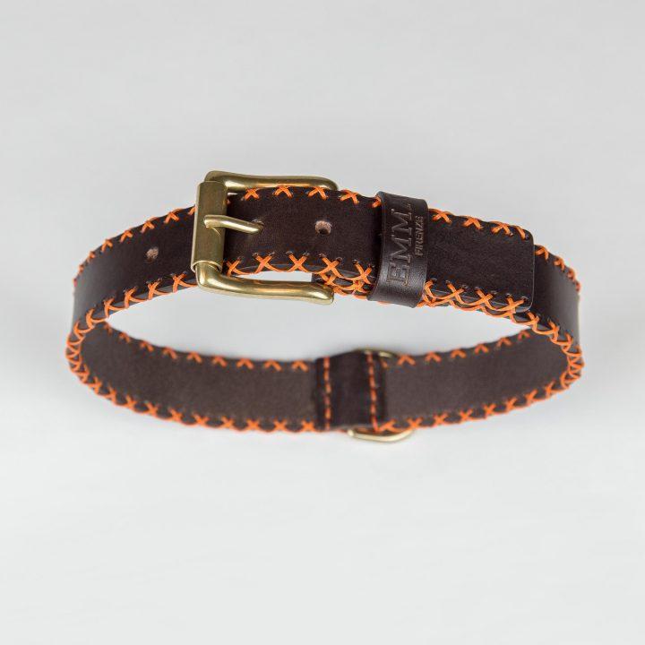 collare per cani in pelle marrone e cuciture arancioni