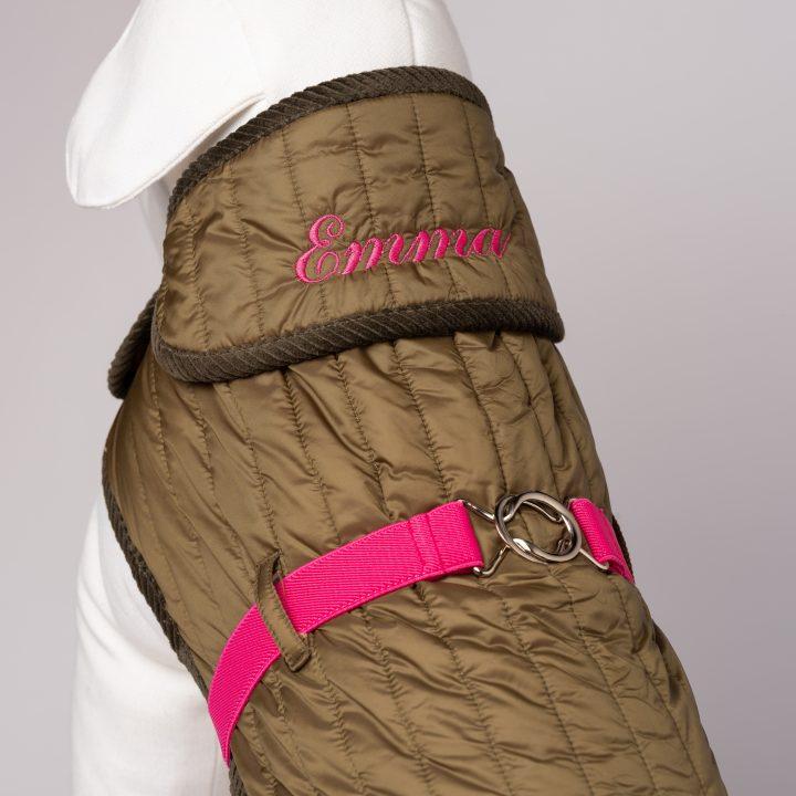 cappottino per cani ricamato indossato da modello