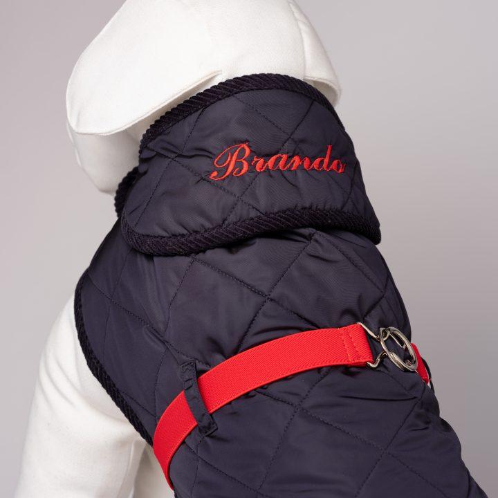 cappottino per cani con ricamo personalizzato indossato da manichino