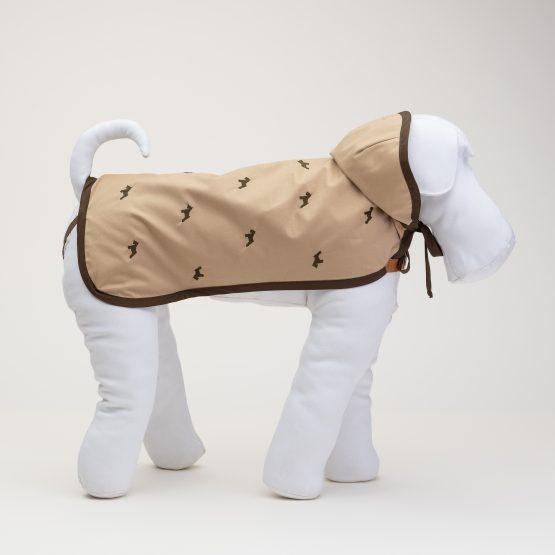 impermeabili per cani, abbigliamento di lusso, indossato da manichino color beige
