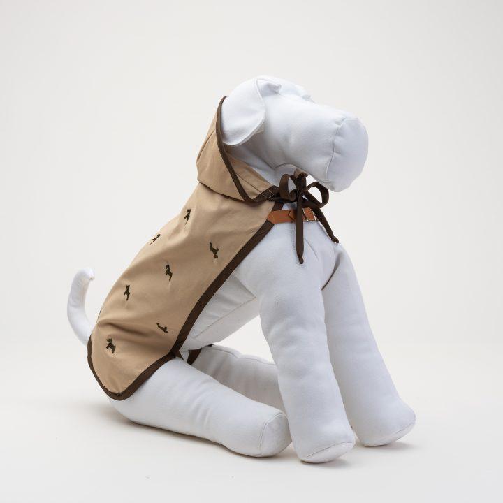 impermeabili per cani di lusso color beige, abbigliamento di lusso, indossato da manichino