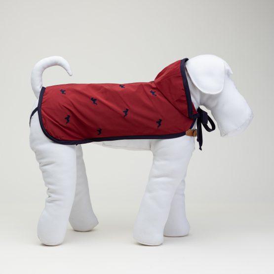 impermeabile per cane rosso di lusso abbigliamento fashion per cani, indossato da manichino