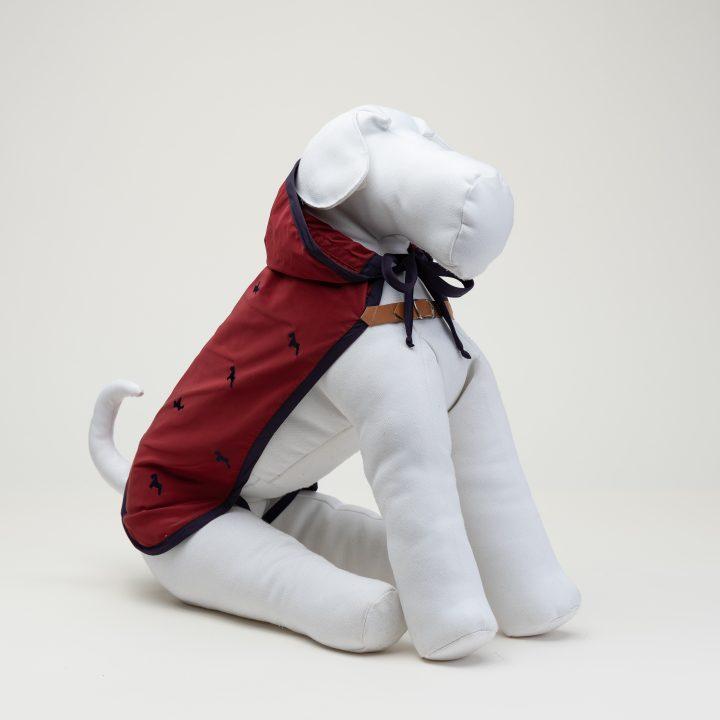 impermeabile per cani con cappuccio, abbigliamento fashion per cani, colore rosso, indossato da manichino