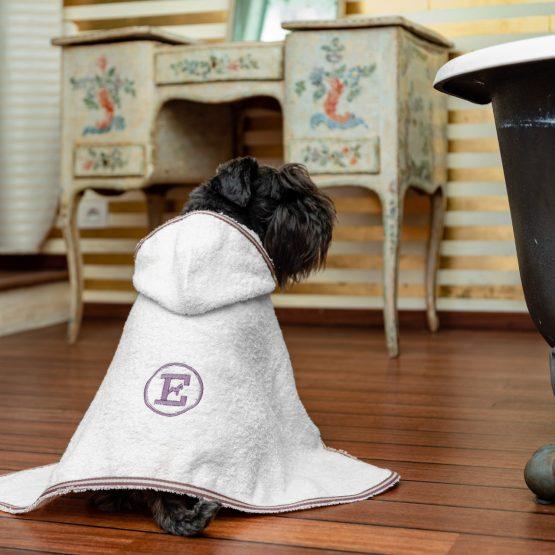 accappatoio per cani color perla indossato da cane Schnauzer