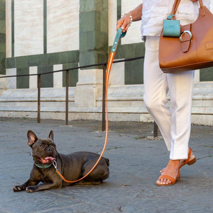 porta sacchettini per cani in pelle nabuk con bulldog francese, collare e guinzaglio a Firenze